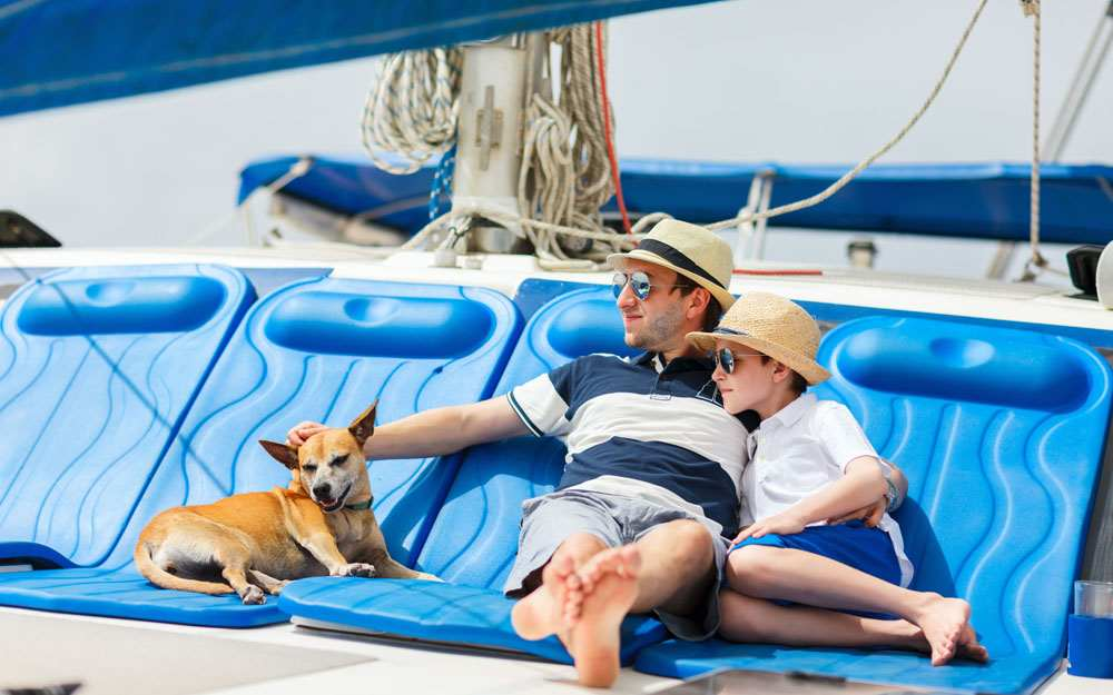 12 TIPS FOR BOATING WITH PETS